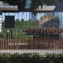 Bosco Verticale Hochhäuser mit Bepflanzung, Ausschnitt der spiegelnden Fassade unten