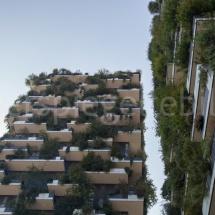 Bosco Verticale Hochhäuser mit Bepflanzung, geometrischer Ausschnitt aus der Froschperspektive