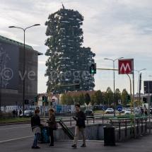 Bosco Verticale Hochhäuser mit Bepflanzung aus der Ferne mit Verkehr