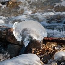 Eisstücke in der Sonne am Ufer des Bodensees