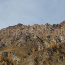 Bergmassiv mit gelben Lärchen